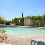 Pause détente au bord de la piscine